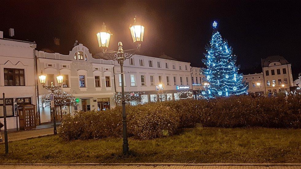Vánoční výzdoba a vánoční strom na Masarykově náměstí v Karviné.