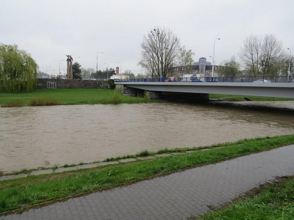 Řeka Ostravice ve Frýdku-Místku dosáhla v pátek ráno prvního povodňového stupně.