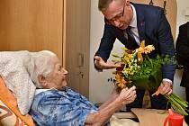 Paní Žofie Ploticová na začátku května oslavila 105. narozeniny. Gratulovat jí přišel i náměstek hejtmana Jiří Navrátil.