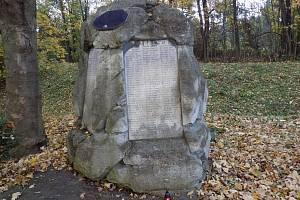 Pomník na hřbitově v Karviné Dolech připomíná největší důlní tragédii v dějinách Ostravsko-karvinského revíru.
