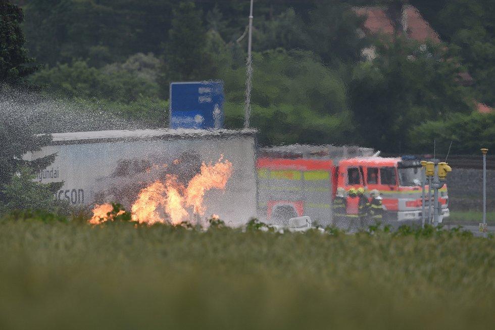 Oheň na benzince v Českém Těšíně hoří ve čtvrtek ještě i během dopoledne.
