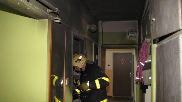 Zásah hasičů u požáru v bytě havířovského domu.
