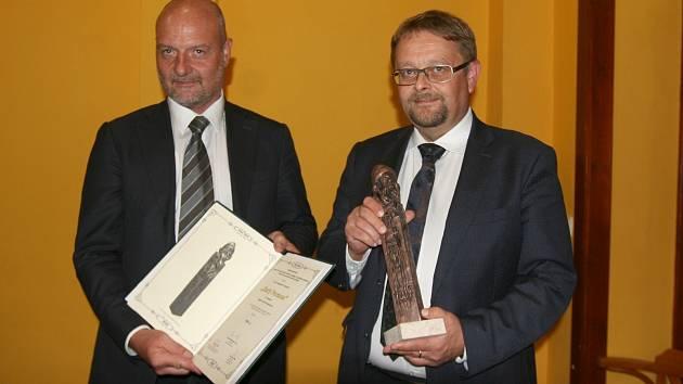 Se souškou Zlatého Permona. Vlevo výkonný ředitel OKD Radim Tabášek, vpravo ředitel provozu David Hájek.