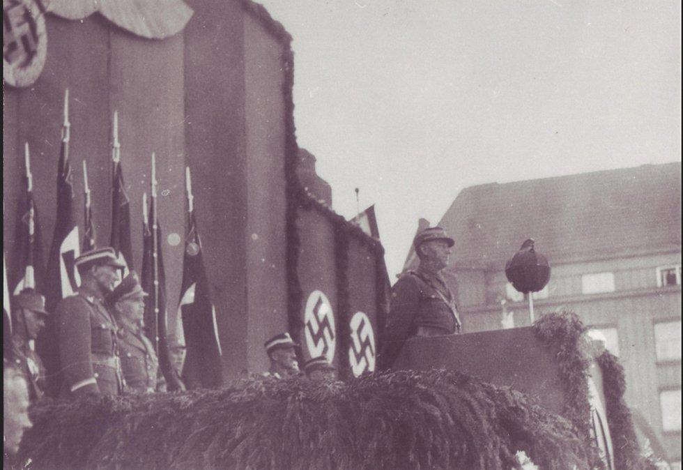 Velitel SA Viktor Lutze na náměstí v Českém Těšíně, r. 1944