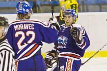 Libor Pavliš (vpravo) se vrátil do Karviné, ale s ikonou klubu Davidem Moravcem si na ledě už plácat nebude. Maximálně tak na střídačce. Moravec totiž ukončil aktivní kariéru.