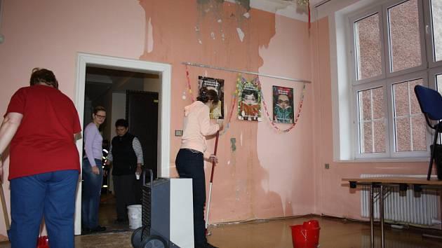 V pobočce Muzea Těšínska ve čtvrtek ráno praskla voda, která vytopila budovu. Hasiči čerpali vodu ze sklepa, zaměstnanci muzea vynášeli sbírkové předměty do bezpečí.