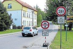 Po cestě k sídlišti Hořany kolem kostela smí jen auta zásobování nebo lidé, kteří v oblasti bydlí. Povolenky vydává obec.