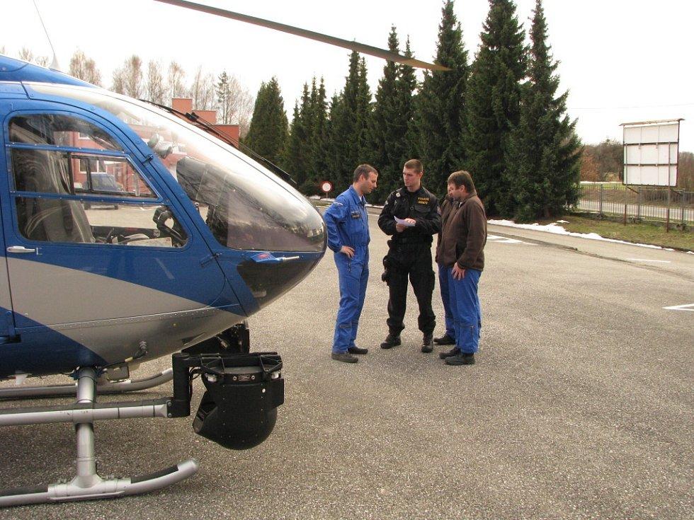 Policisté k pátrání po pohřešovaných osobách používají vrtulník s termokamerou.