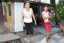 Na okraji Karviné v části Sovinec žije rodina s dítětem v chatce bez vody a elektřiny.