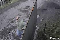 Podezřelý muž na záběrech z kamery.