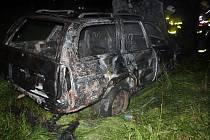 Hořící auto uhasili hasiči.