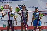 Vítězky poslední etapy, vlevo druhá Gracie Elvin z Austrálie, uprostřed Katie Colclough z Británie a vpravo třetí Marijn De Vries z Nizozemska.