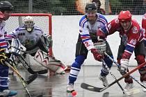Karvinští hokejbalisté (v bílém) se udrželi v extralize.