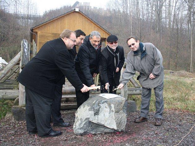 Slavnostní poklepání základního kamene.