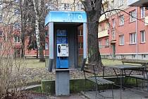 Budka s veřejným telefonním automatem ve Vardasově ulici v Havířově.