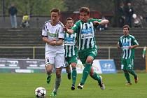 Matěj Fiala (vlevo) a střížkovský Filip Rýdel bojují o míč v nedělním utkání Karviné a Bohemians Praha.