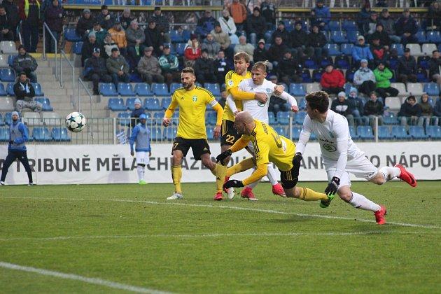 Fotbalisté Karviné (ve žlutém) šokovali Mladou Boleslav.