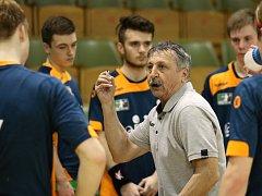 Trenér Hudeček svým svěřencům marně vysvětluje, co hrát. Letos je to prostě bída.