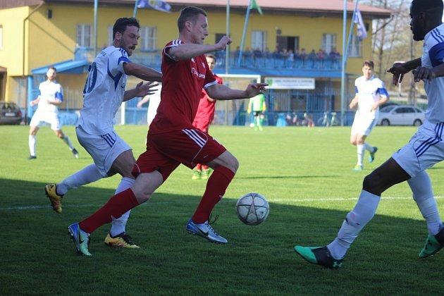 Petrovičtí fotbalisté (vbílém) odehráli sNovým Jičínem solidní partii.