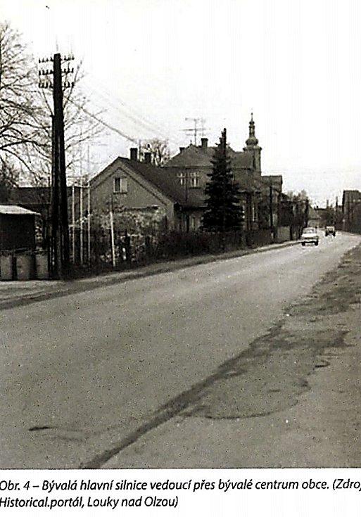 Historický záběr silnice, která procházela středem obce Louky nad Olši. Vlevo vzadu kostel sv. Barbory.
