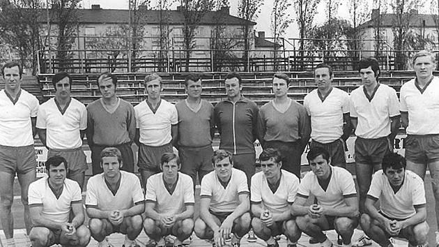 V sestavě karvinských házenkářů patřil Mrkva (vpravo nahoře) k nejvyšším hráčům.