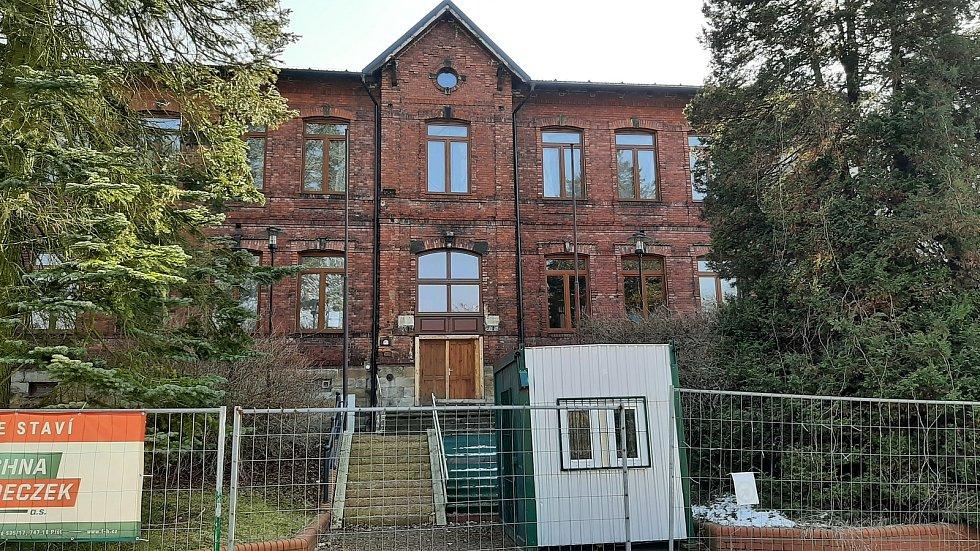 Horní Suchá. Bývalá polská škola. Budova se opravuje a v budoucnu tam má sídlit obecní úřad.