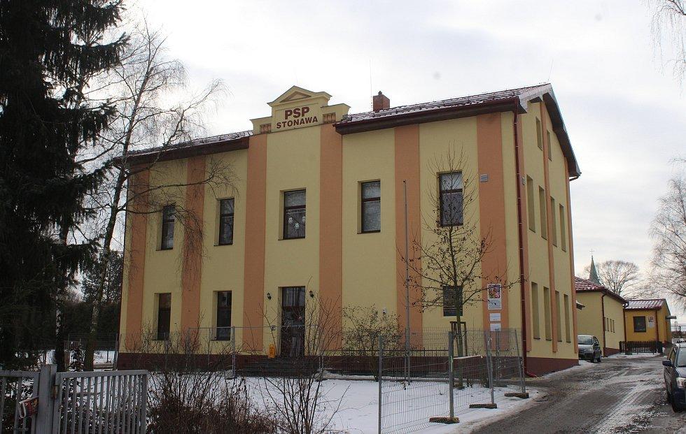 Hornická obec Stonava před 30 lety doslova vstala z popela. Dnes má necelých 2000 obyvatel a velmi dobrou infrastrukturu.  Polská škola v Holkovicích.