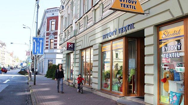 Několik domů a obchodních výloh na Hlavní třídě prošlo nedávno rekonstrukcí. Častěji se zde objevují také střídmější reklamní poutače.