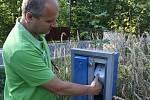 Jaroslav Kus nemůže vytáhnout balík ze schránky. Je větší než dvířka.