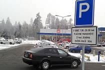 Parkoviště s omezenou dobou bezplatného stání.