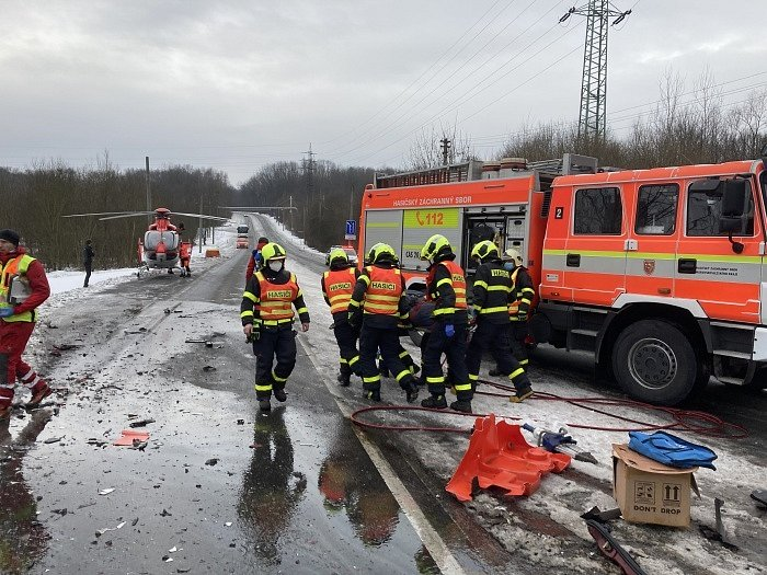 Dvě jednotky profesionálních hasičů (HZS MSK) zasahovaly v úterý 2. února dopoledne v Orlové-Lazech (okres Karviná) u nehody osobního a nákladního vozidla se dvěma zraněnými osobami.