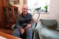 Čtyřiadevadesátiletý Lubomír Otisk z Dolní Lutyně je ve svém věku stále velmi vitální. Do svých 90 jezdil na kole a hrál tenis. Vlastní dokonce poválečnou tenisovou raketu od hraběte Larische.