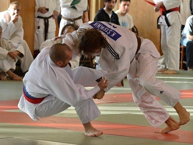 Trenér a prezident karvinského juda v Baníku Karel Štefánik (vpravo) se pere na mistrovství republiky masters v Praze.