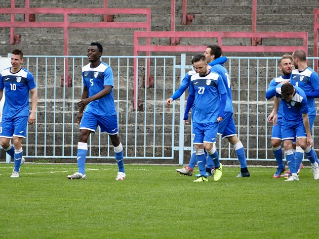Havířovští fotbalisté (vmodrém) přehráli Frýdlant jasně 3:0.