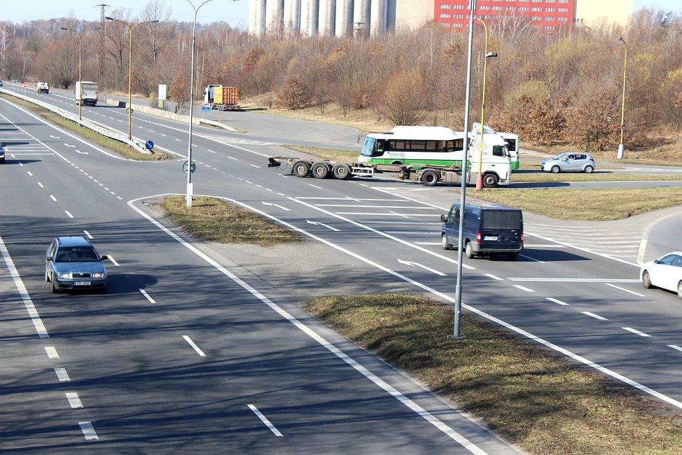 V této křižovatce dochází ke kolizím při odbočování na Šumbark, nebo při vyjíždění ze Šumbarku.