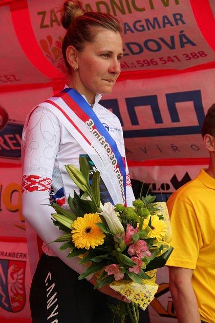 Celkově třetí Alena Amjaljusik zBěloruska byla vyhlášená sólo, neboť tým Canyonu spěchal na letiště.