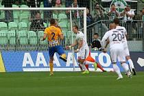 Karvinští (v bílém) v derby proti Opavě.
