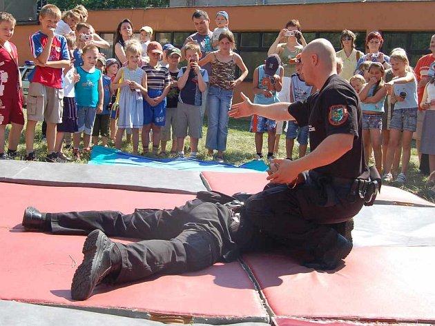 Ukázka práce policistů žáky velice zaujala.