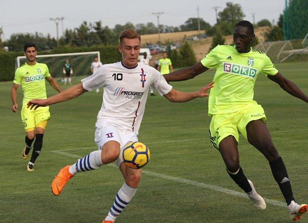 Karvinští fotbalisté (ve žlutém) vyhráli vBrně nad lídrem MSFL zLíšně.