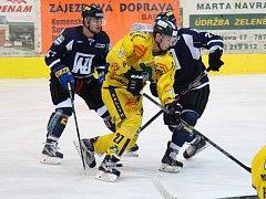 Havířovští hokejisté (v černém) zdolali Šumperk a ve čtvrtek hrají s Krakówem.