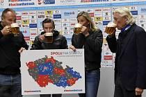 Čeští atleti na startu opožděné letní sezony. Zleva Tomáš Staněk, Pavel Maslák, Barbora Špotáková a předseda svazu Libor Varhaník.