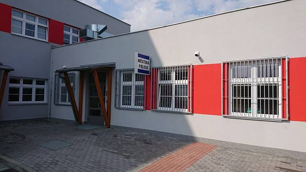 V novém Integrovaném výjezdním centru záchranářů v Českém Těšíně je i služebna městské policie.