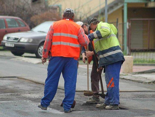 V těchto dnech můžeme v ulicích vidět pracující dělníky, kteří opravují zničená místa.