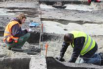 Zbytky dávné cesty i další odkazy starých časů zkoumají archeologové ve výkopech staveniště v centru Orlové. Průzkum odhaluje stopy časů z dobr přibližně od 15. do 17. století.