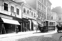 Na historické fotografii z fondů muzea polského Těšína je tramvaj, která jezdila v letech 1911 1921 z náměstí po ul. Hluboká, přes most a po Hlavní třídě k vlakovému nádraží v dnešním Českém Těšíně.