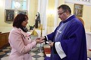 Taťána Čempelová se na křest intenzivně připravuje několik týdnů. Do Vatikánu ji doprovodí i místní kněz.