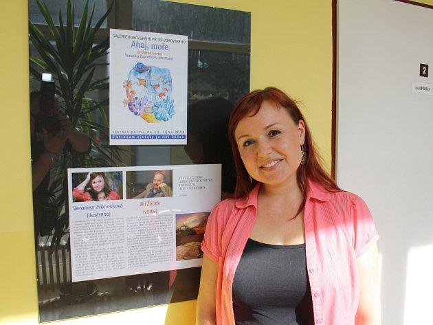 Karvinská výtvarnice a ilustrátorka Veronika Zvonečková vystavuje své portréty ve školní galerii ZŠ Borovského v Karviné. K vidění jsou také její ilustrace známé knížky veršů Jiího Žáčka Ahoj, moře. Výstava potrvá do podzimu.