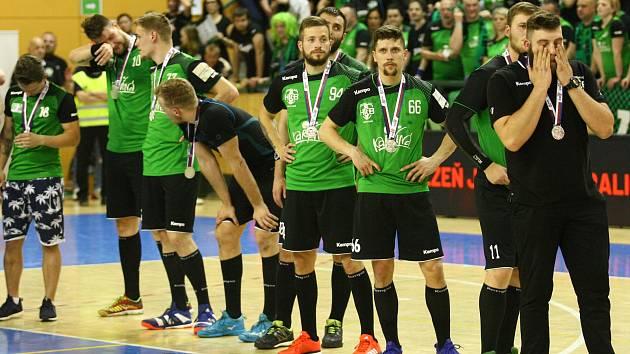 Karvinští házenkáři (v zeleném) prohráli zase na sedmičky a pověsili si na krk jen stříbrné medaile.