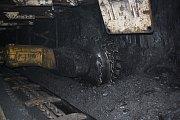 Důlní kombajn odebírá uhlí podle mocnosti uhelné žíly. Výška může být i několik metrů.