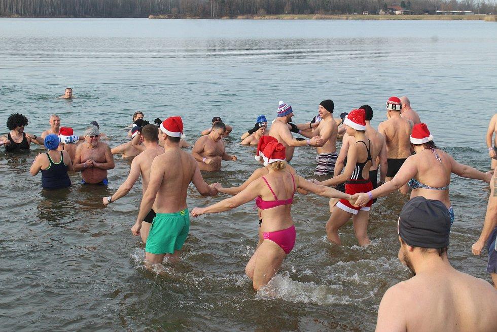 Do vod Kališova jezera v Bohumíně-Šunychlu se na Nový rok jako každoročně ponořili otužilci Mnoho jich tradičně jezdí z Polska. Leden 2020.